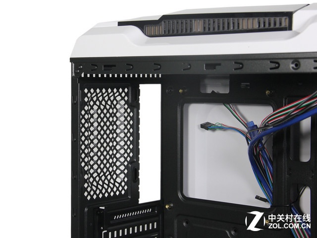 机箱结构 GANK奇袭机箱为方便安装分体式水冷,设计了两个240mm冷排安装位。同时采用时下最为火热的ATX2.0架构,能够有效降低机箱温度,实现拓展力和散热能力的提升。 编辑点评:鑫谷GANK奇袭机箱采用当下流行的ATX2.0架构,分区优化散热,完整电源仓包覆免受多余线材束缚。外观设计时尚靓丽,轻游戏外观设计电竞感十足,非常适合玩家组建中高端游戏平台。 鑫谷 GANK奇袭 [参考价格] 209元 [经销商]