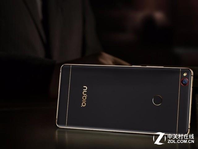 图为 努比亚Z11 黑金版 编辑点评:   nubia Z11这款手机绝对能称得上最旗舰这个称号,它全身都是亮点,像无边框、最强性能、FiT边框交互技术、超强的拍照能力,软硬结合续航能力,有里有面真的是全程无槽点。如果在这个时间点要买旗舰机的话,nubia Z11绝对是最靠谱的选择之一。 nubiaZ11 黑金版(套装) [产品售价] 3199元 [销售商家] nubia手机官网 [相关链接]